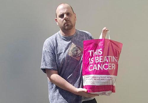 mua túi nilon màu hồng trong siêu thị