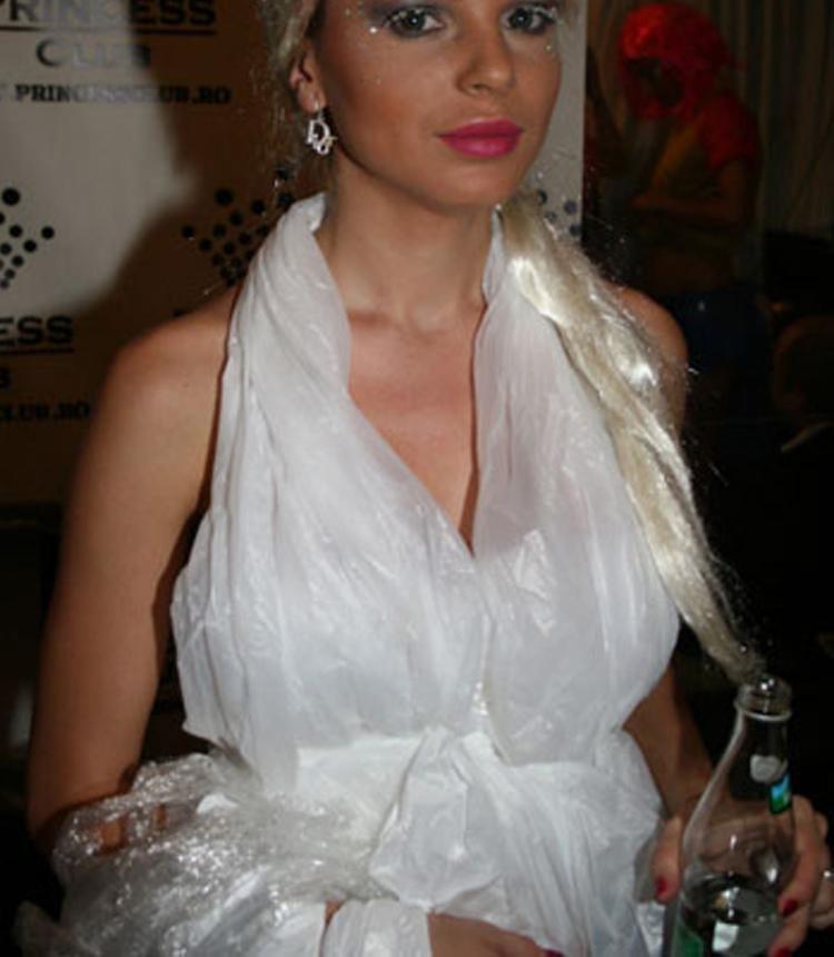 váy cưới làm bằng túi ni lông